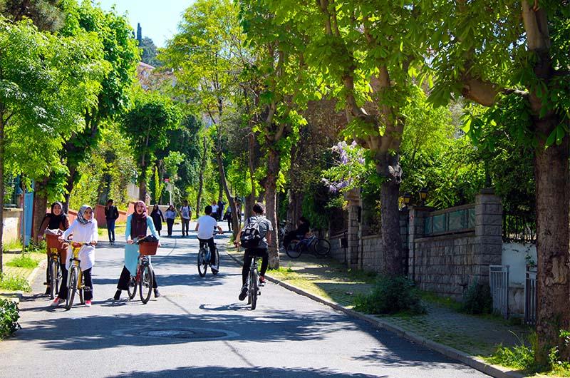 На островах катаются на велосипедах не только туристы, но и стамбульцы, которые приезжают сюда провести выходные.