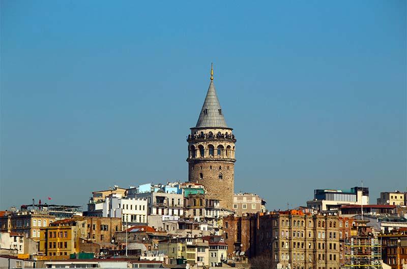 Вид на Галатскую башню с парома, идущего по Босфору.