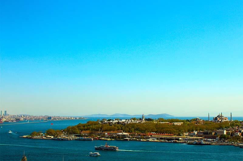 Вдали на горизонте Принцевы острова, которые находятся в Мраморном море. На переднем плане хорошо виден дворец Топкапы с возвышающейся над всем Башней Справедливости, а правее него собор Айя-София.