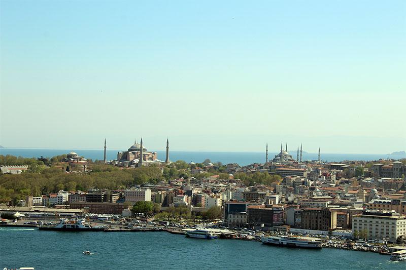 Вот так с Галатской башни выглядит мечеть Айя-София, а правее нее Голубая мечеть.