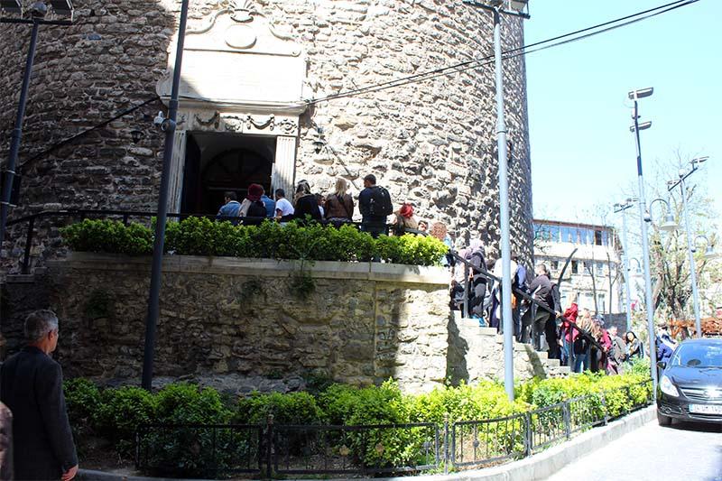 В сезон около башни выстраивается большая очередь перед входом.