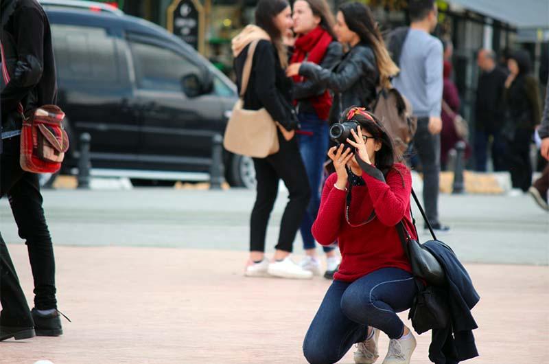 Все в основном фотографируются на фоне памятника.