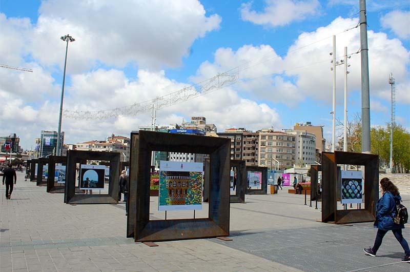 Уличная выставка на площади Таксим.
