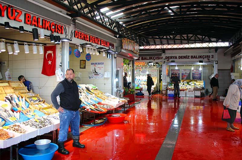 Вот так выглядит рыбный рынок на Каракей. Это довольно цивильное место.