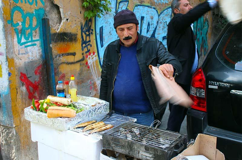 Вот так готовят балык экмек (рыбные сэндвичи) с лотка на рыбном рынке в Каракей. Процесс приготовления выглядит не очень, но получается вкусно. В соседнем ресторанчике все более цивильно.