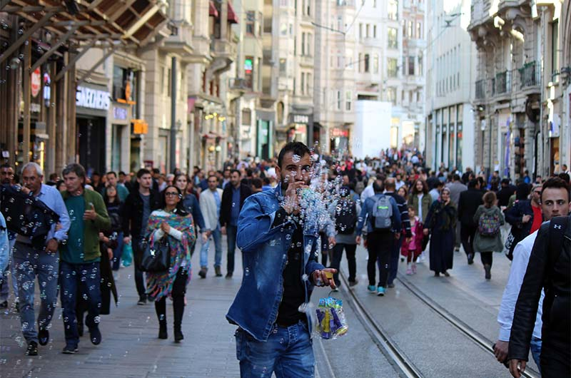 Говорят, что по Истиклялю каждый день проходит миллион пешеходов.