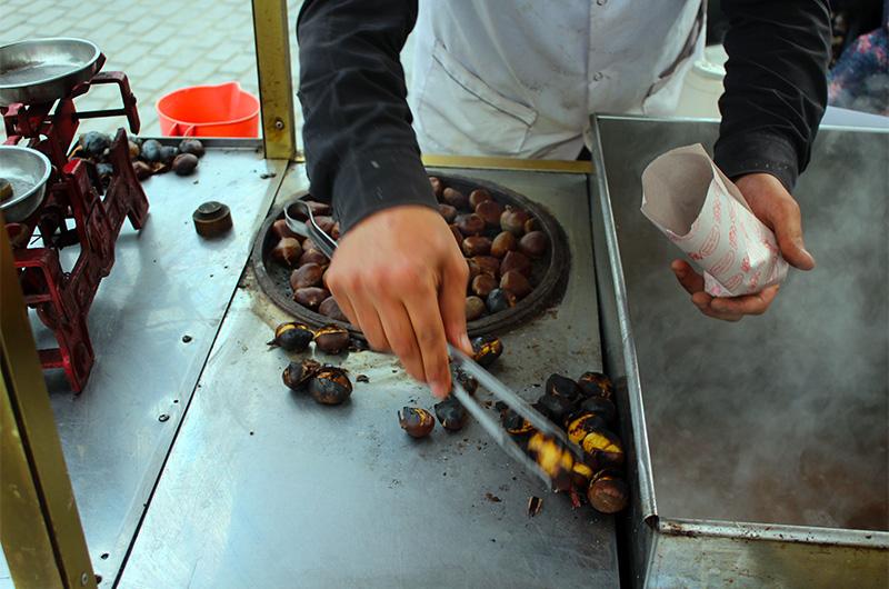 На Истикляль часто попадаются торговцы жареными каштанами.