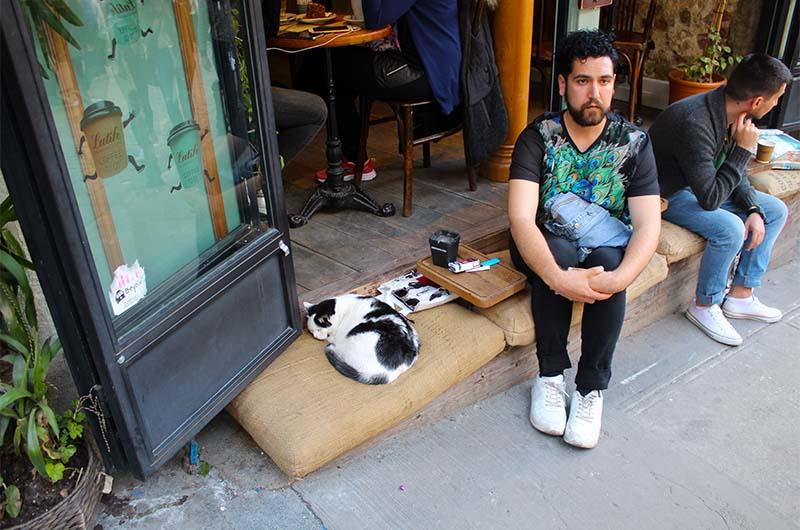 На соседних улочках есть очень доброжелательные кафе, где уютно всем.